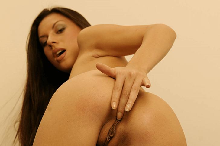 Sexy Mutter auf privatem Nackt Selfie reibt sich die rasierte Arschfotze